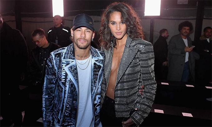 Neymar bên bạn gái mới