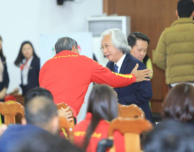 Tổng biên tập báo Bóng đá - Nguyễn Văn Phú chúc mừng HLV Mai Đức Chung cùng các cầu thủ nữ Việt Nam - Ảnh: Đức Cường