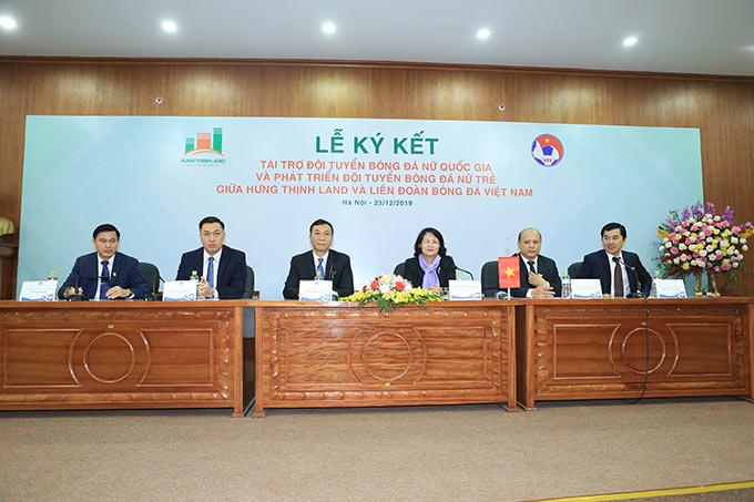 Phó Chủ tịch nước Đặng Thị Ngọc Thịnh (thứ ba từ phải sang) đến dự lễ ký kết - Ảnh: Đức Cường