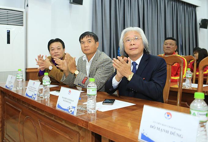 Tổng biên tập báo Bóng đá - Nguyễn Văn Phú (ngoài cùng bên phải) tới dự và chia vui với thầy trò HLV Mai Đức Chung - Ảnh: Đức Cường