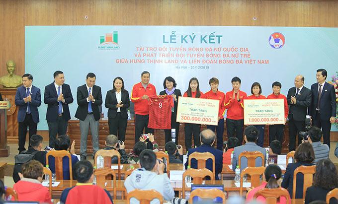 Đội tuyển nữ Việt Nam tặng món quà lưu niệm tới Phó Chủ tịch nước - Ảnh: Đức Cường