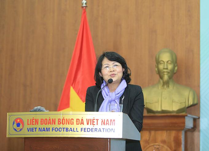 Phó Chủ tịch nước biểu dương tinh thần, ý chí thi đấu của các cầu thủ nữ Việt Nam - Ảnh: Đức Cường