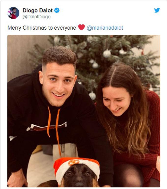 Hậu vệ trẻ Diogo Dalot của Man United cũng có Giáng sinh ấm áp bên bạn gái và người bạn trung thành là chú cún