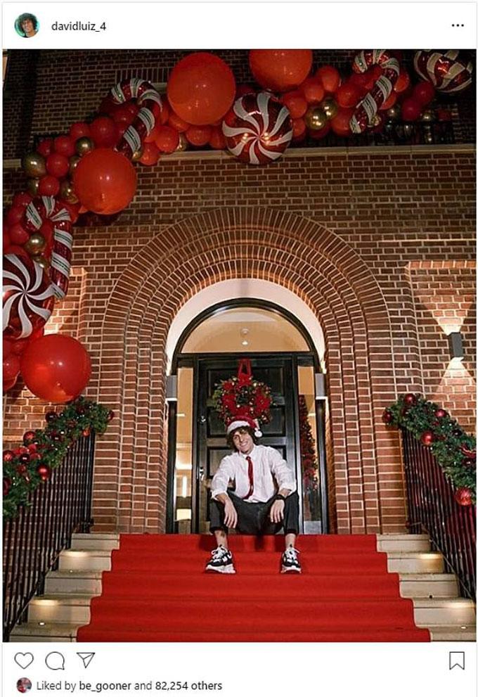 Trung vệ David Luiz (Arsenal) bảnh bao trong dịp Giáng sinh