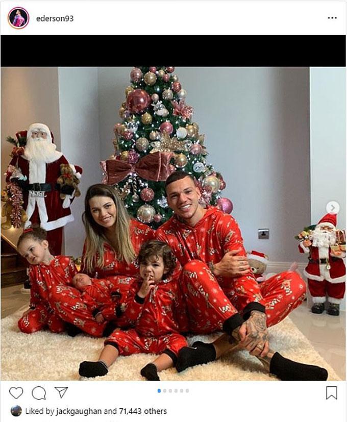 Thủ môn số 1 của Man City, Ederson bên vợ và 2 con trong ngày Giáng sinh