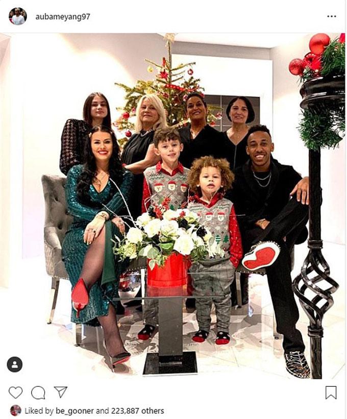 Tiền đạo Pierre-Emerick Aubameyang bên gia đình trong ngày Giáng sinh