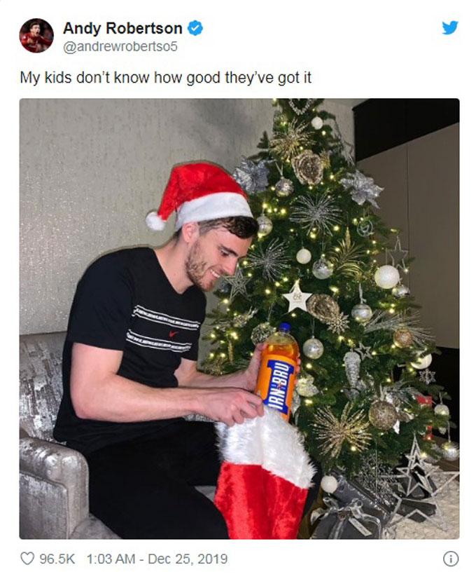 Hậu vệ Andrew Robertson của Liverpool chuẩn bị quà cho con dịp Giáng sinh