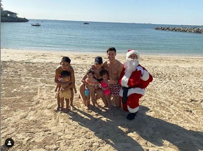 Ronaldo cùng cô bồ và các con đón Giáng sinh trên bờ biển