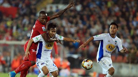 Cả Việt Hưng  lẫn Đức Lương (bìa phải) có thể sẽ cùng thi đấu trong màu áo TP.HCM mùa tới Ảnh: Đức Cường