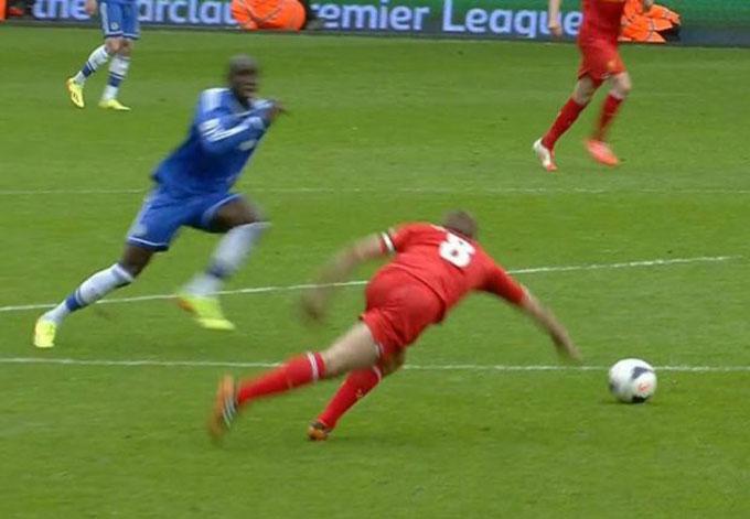 Cú trượt chân kinh điển của Gerrard trong trận Chelsea thắng Liverpool 2-0 mùa 2013/14