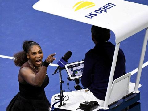 Serena Williams chỉ mặt gây hấn với trọng tài ở chung kết US Open 2018