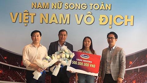 ĐT nữ Việt Nam nhận thưởng