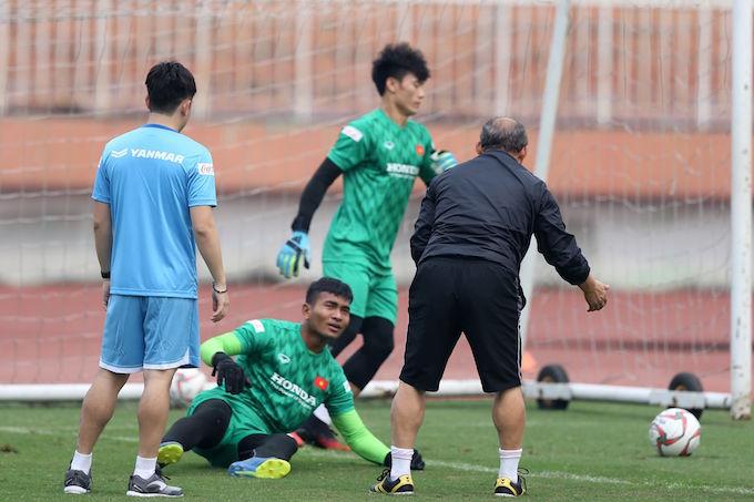 HLV Park Hang Seo đích thân thị phạm cho các thủ môn. Ảnh: Quốc An