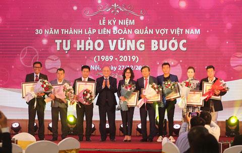 Ông Vương Bích Thắng trao bằng khen của Bộ VHTTDL cho tập thể và các cá nhân có đóng góp cho quần vợt Việt Nam