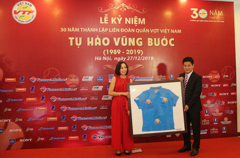 Ông Nguyễn Quốc Kỳ quà tặng từ Babolat Việt Nam