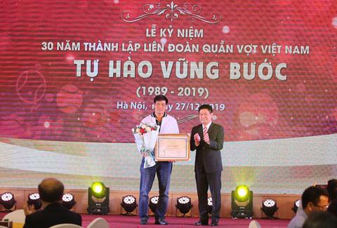 Ông Nguyễn Quốc Kỳ trao bằng khen cho HLV Trương Quốc Bảo