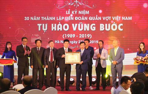 Bộ trưởng Bộ VH-TT-DL, Nguyễn Ngọc Thiện trao bằng khen của Thủ tướng cho VTF