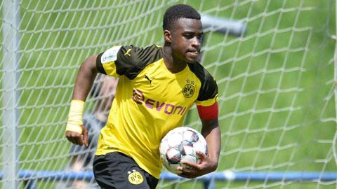 Dortmund đôn thần đồng 15 tuổi Moukoko lên đội một