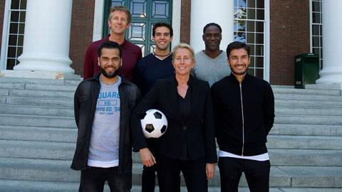Elberse bên các học viên Van der Sar, Kaka, Melchiot, Alves và Sahin