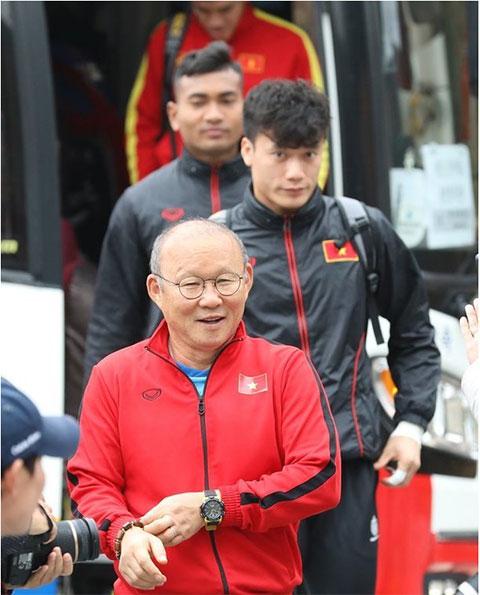 Thầy trò HLV Park Hang Seo đầy hứng khởi khi tới Tongyeong, Gyeongnam.