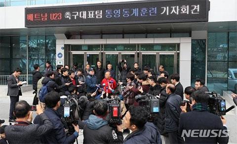 """Thầy Park trả lời phóng viên báo chí trong tình trạng """"bị quây kín""""."""