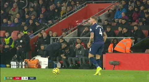 Mourinho chạy thẳng sang nhìn trộm chiến thuật của Southampton