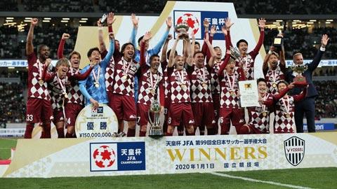 Villa cùng các đồng đội như Iniesta và Podolski ăn mừng danh hiệu Cúp Hoàng đế 2020