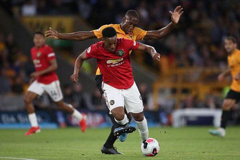 Wolves (áo vàng) có thể cướp vị trí thứ 5 trên BXH Premier League của M.U sau 5 vòng đấu nữa