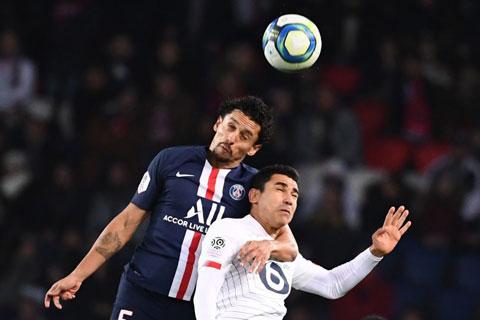 PSG (áo sẫm) sẽ không khó để đè bẹp đối thủ nghiệp dư đêm nay