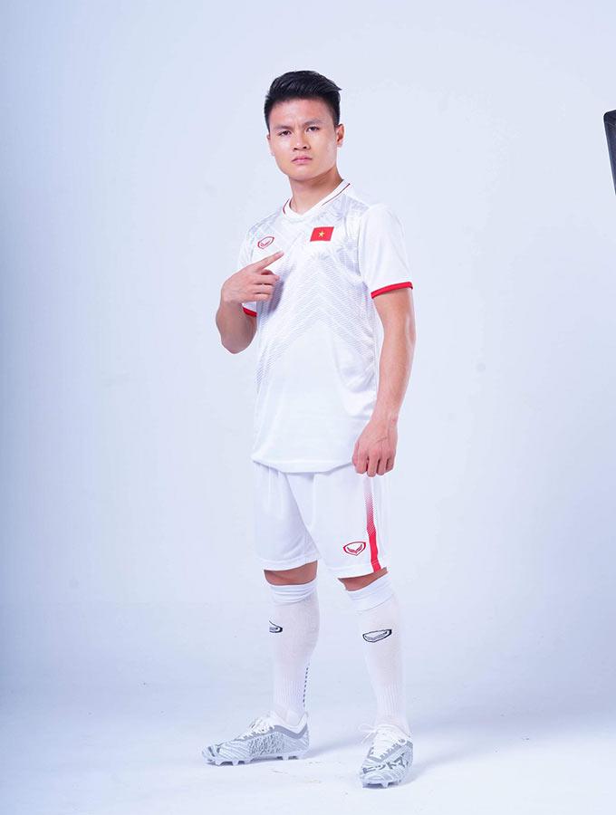 """Đầu tiên là thay đổi về thiết kế áo theo tên gọi """"Những chiến binh sao vàng"""" mà NHM, truyền thông dành cho ĐT Việt Nam ở những giải đấu quốc tế.  Thứ hai là cải thiện về chất liệu phần dưới cánh tay áo (nách áo) với nhiều lỗ nhỏ tạo sự thông thoáng khi thi đấu cho cầu thủ. Một chi tiết đặc biệt là đằng sau cổ áo sẽ xuất hiện 2 ngôi sao vàng, tượng trưng cho 2 chức vô địch AFF Cup của ĐT Việt Nam"""
