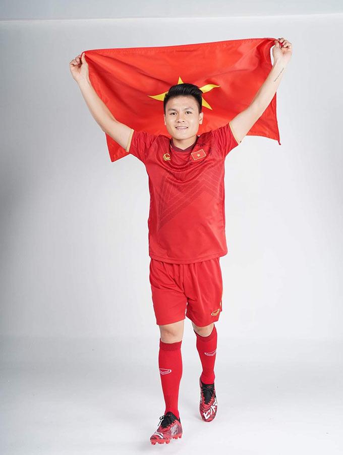Quang Hải là ngôi sao sáng nhất của bóng đá Việt Nam trong 2 năm qua. Thế nên không ngạc nhiên khi anh được lựa chọn để trở thành người mẫu trong bộ ảnh ra mắt trang phục mới của Việt Nam