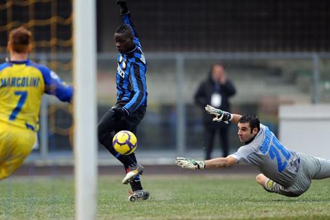 Balotelli là người ghi bàn đầu tiên tại Serie A trong thập kỷ 2010 trong trận Inter thắng Chievo 1-0