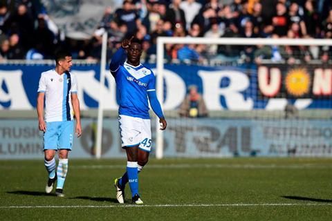 Anh cũng vừa trở thành người ghi bàn đầu tiên tại Serie A trong thập niên 2020 ở trận Brescia thua Lazio 1-2