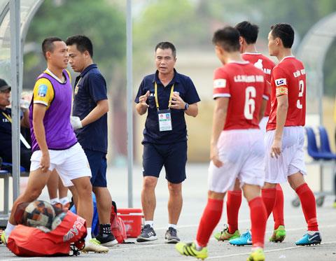 HLV Phạm Minh Đức (giữa) rất khiêm tốn với mục tiêu của Hồng Lĩnh Hà Tĩnh ở mùa giải 2020 - Ảnh: MINH TUẤN