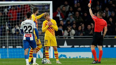 De Jong (21) nhận thẻ vàng thứ hai rời sân ở phút 75