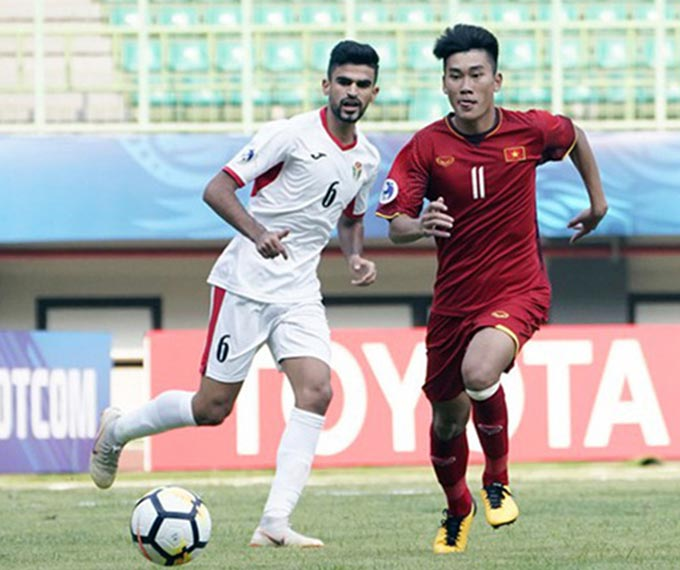 Tiền đạo Mạnh Dũng có thể hình không thua kém các cầu thủ Tây Á