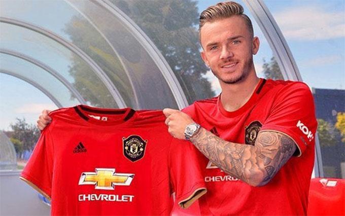 Maddison chụp hình trong màu áo Man United