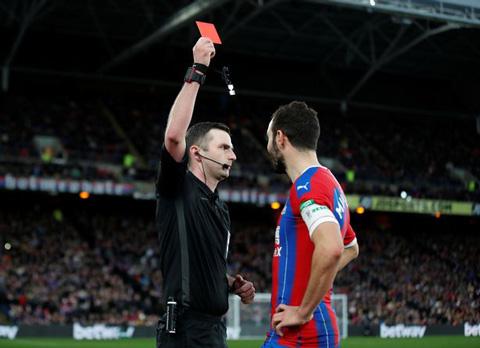 Trọng tài Michael Oliver đã quyết định phạt thẻ đỏ Milivojevic sau khi tham khảo VAR