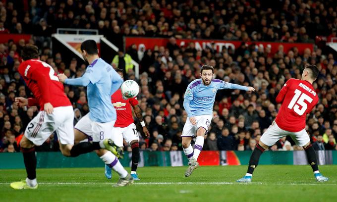 Bernardo mở tỷ số cho Man City bằng cú sút xa trái phá