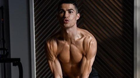 Ronaldo khoe thân hình khó tin ở tuổi 34