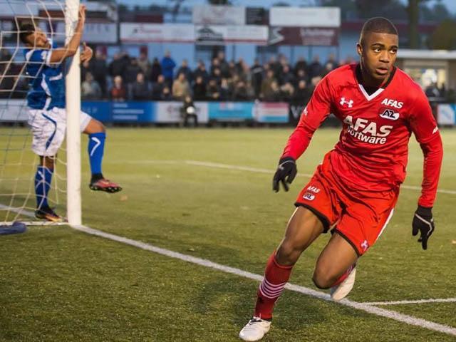 46.Myron Boadu (sinh năm 2001 - CLB AZ Alkmaar): Trung phong mới 18 tuổi này đang gây ấn tượng mạnh tại giải VĐQG Hà Lan với 11 lần lập công cùng 7 kiến tạo sau 17 trận đấu. Tổng cộng, Boadu đã có 17 bàn và 12 lần tạo cơ hội cho đồng đội lập công chỉ sau 28 trận - những con số quá ấn tượng đối với 1 cầu thủ trẻ.