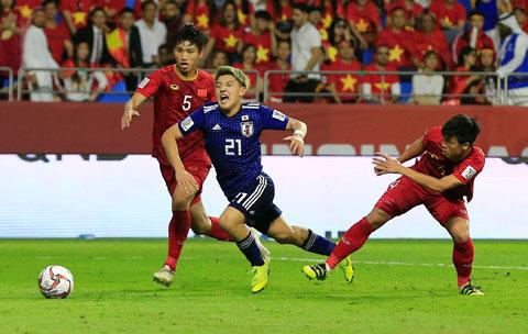 Tình huống Bùi Tiến Dũng phạm lỗi với Ritsu Đoan khiến trọng tài xem lại VAR và thổi penalty cho Nhật Bản tại Asian Cup 2019 Ảnh: CTV