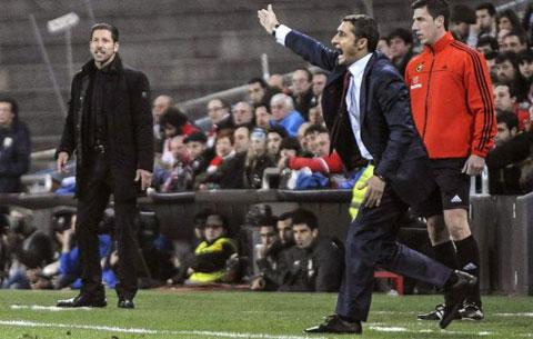 HLV Simeone (trái) và Valverde đang chỉ đạo các cầu thủ trên sân