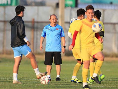 HLV Park Hang Seo kèm rất sát các học trò trên sân. Ảnh: Minh Tuấn