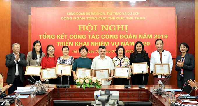 Bà Lê Thị Hoàng Yến - Phó Tổng cục trưởng Tổng cục TDTT và ông Phạm Gia Huy - Phó Bí thư Đảng Ủy, Vụ trưởng Tổng cục TDTT tặng giấy khen cho các công đoàn cơ sở