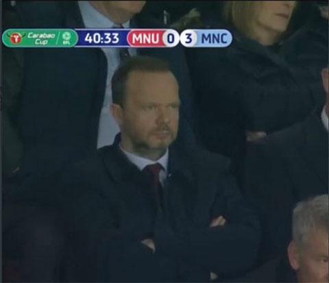 Ed Woodward tỏ ra vô cùng thất vọng khi M.U thua đậm Man City