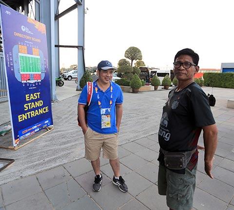 CĐV người Thái Lan có tên Wachakam (phải) bày tỏ sự ngưỡng mộ về những  tiến bộ của bóng đá Việt Nam với tác giả  Ảnh: MINH TUẤN