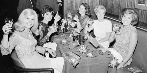 Tina (bìa trái) kéo vợ và bạn gái các tuyển thủ Anh ra ngoài ăn mừng sau khi Tam sư vô địch World Cup 1966