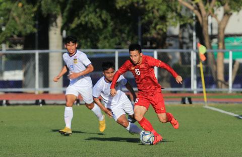 Hùng Dũng (áo sẫm) vừa cùng ĐT Việt Nam đối đầu và chiến thắng UAE 1-0 tại vòng loại World Cup 2022    Ảnh: ĐỨC CƯỜNG