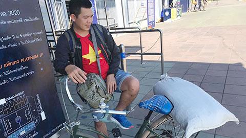 CĐV đặc biệt đi xe đạp đến sân mua vé xem U23 Việt Nam